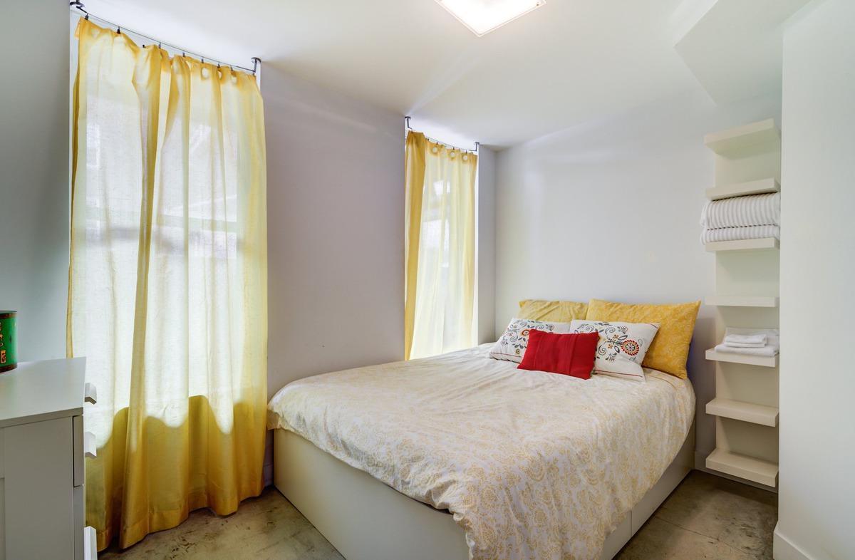 Спальня 14 кв.м. с узкими окнами