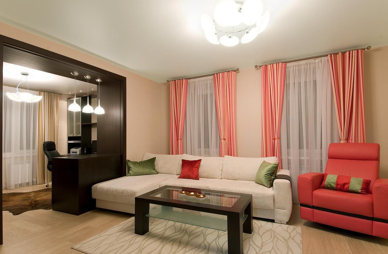 Большая люстра в гостиной с двумя окнами