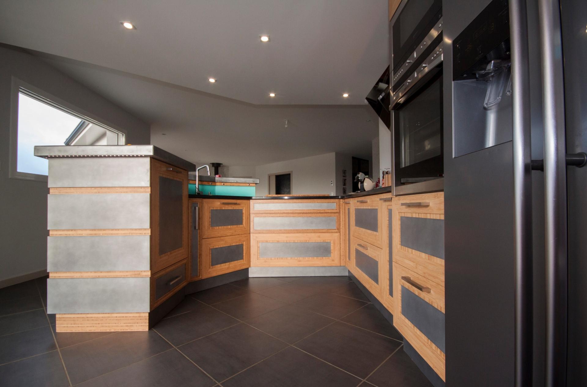 Расположение матового холодильника на кухне