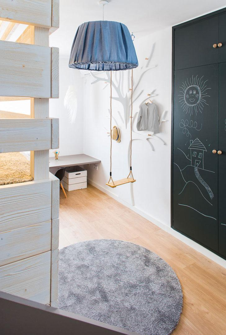 Детская комната в хрущевке с деревянной мебелью