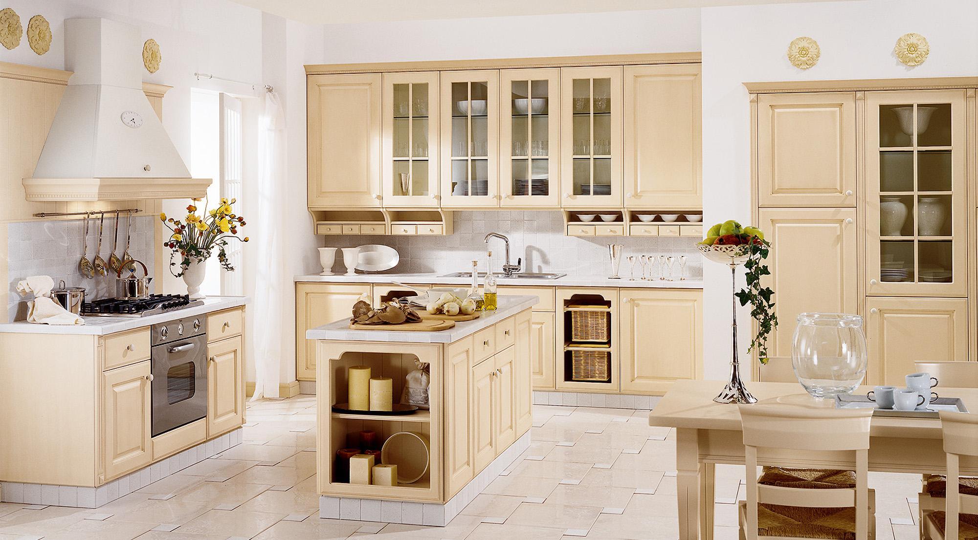Просторная кухня в бежевом цвете