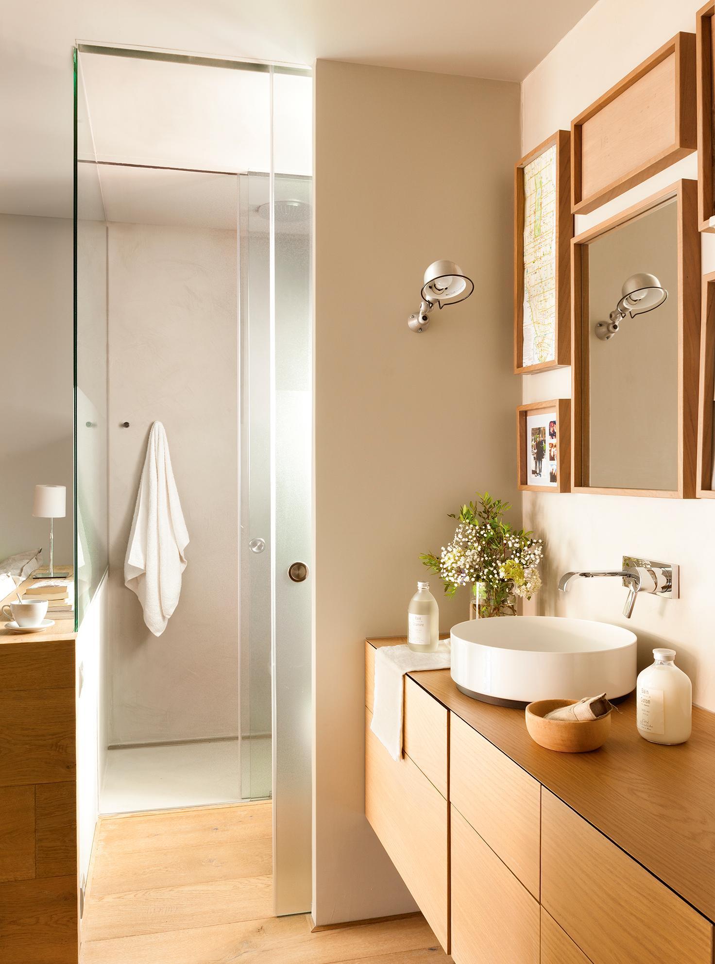 Маленькая ванная комната с деревянной мебелью