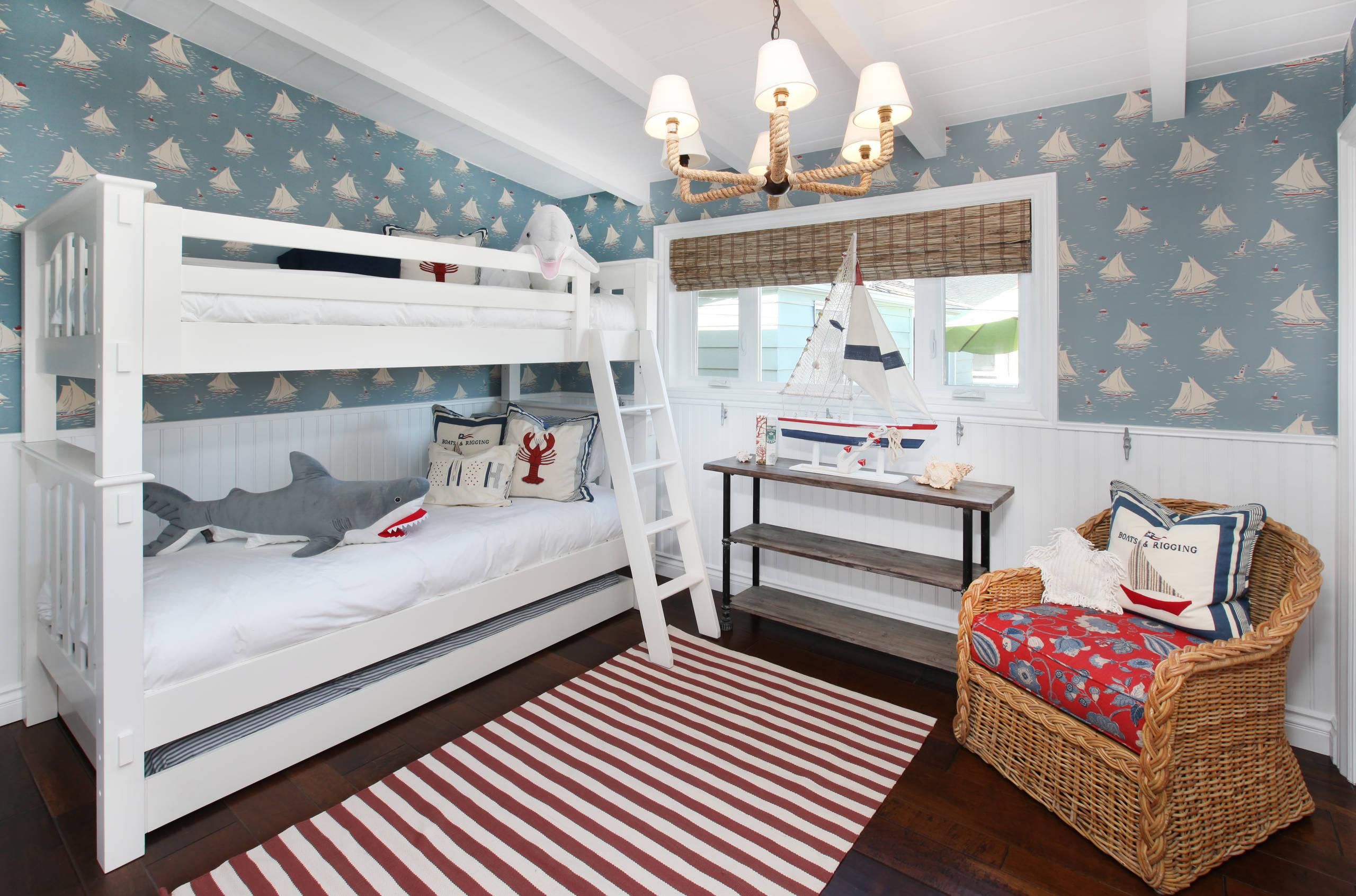 Детская комната для двух мальчиков с декором в морском стиле