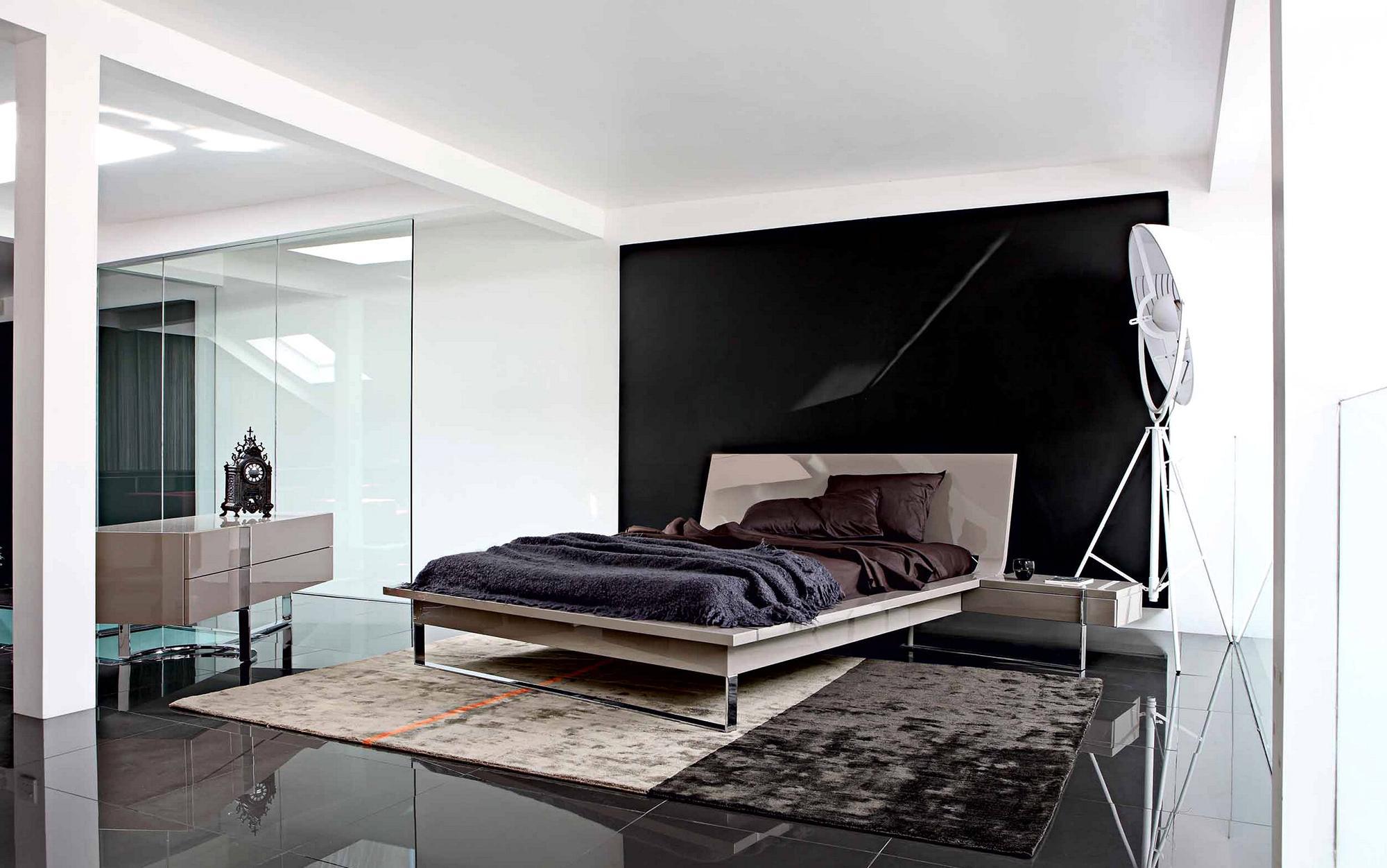 Бежевый, коричневый, белый и черный цвета в минималистичной спальне