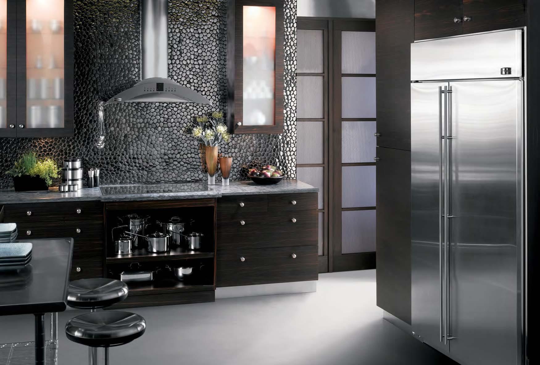 Холодильник на кухне в минималистичном стиле