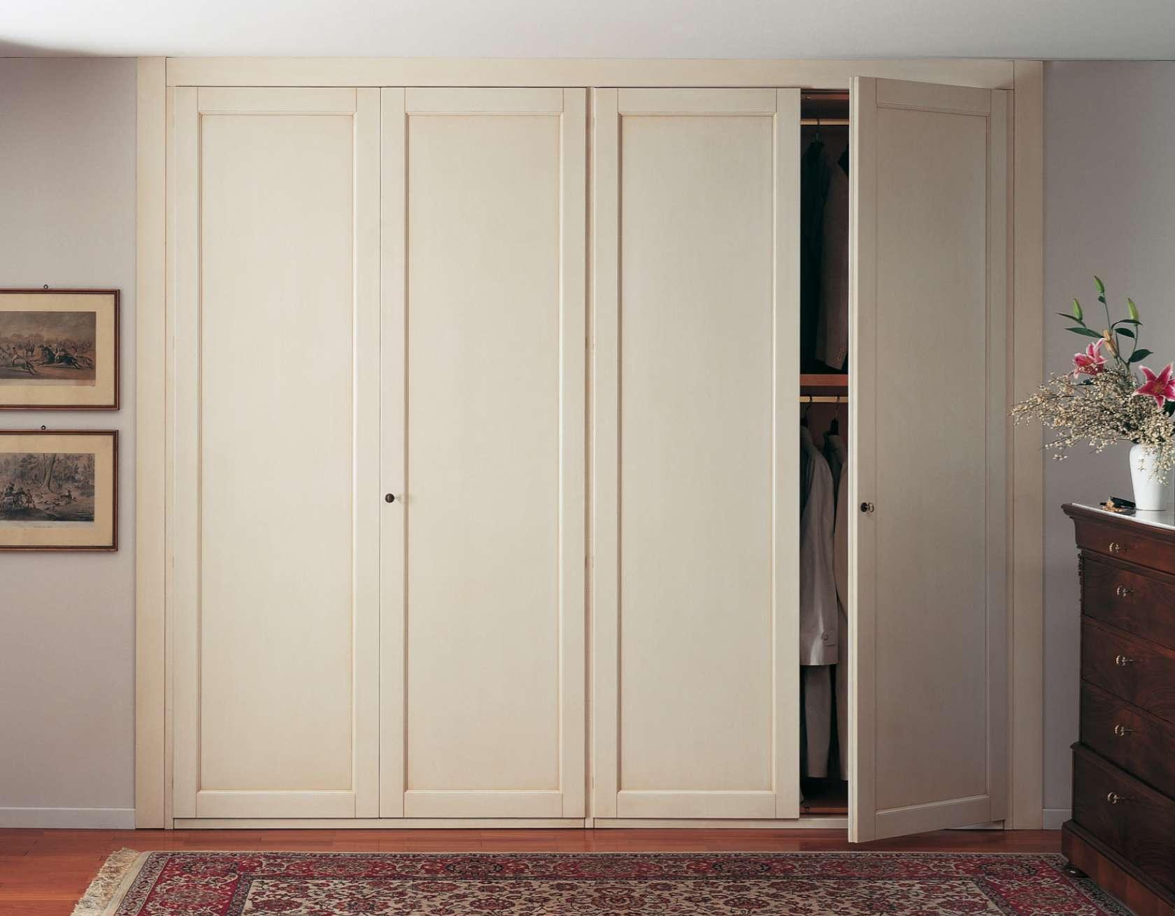 Встроенный светлый шкаф