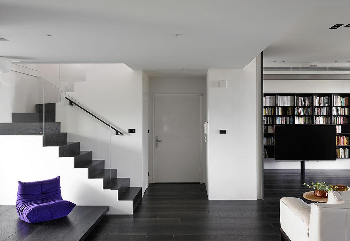Двухуровневая квартира в серо-белых тонах