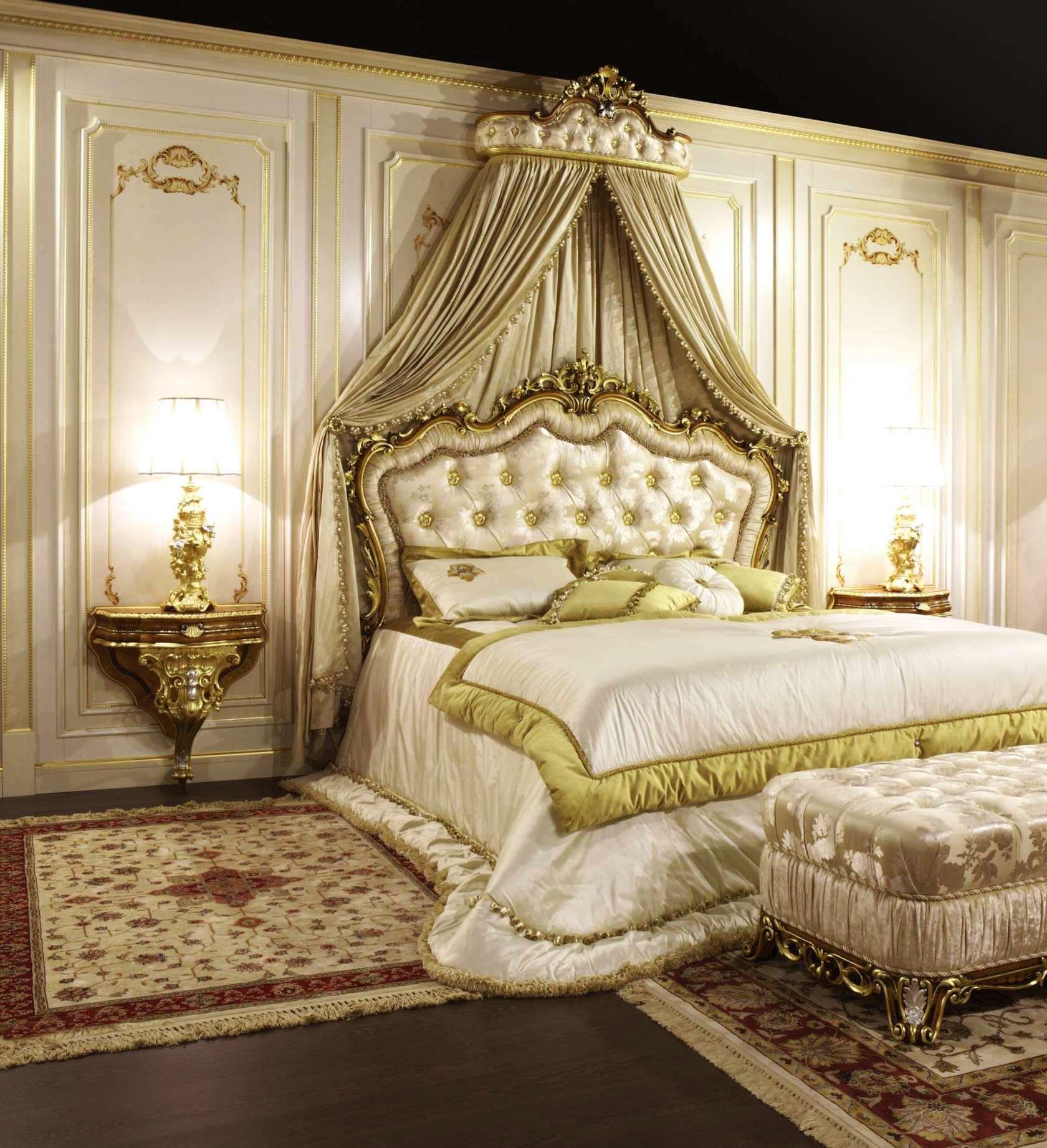 Роскошный золотистый балдахин над кроватью