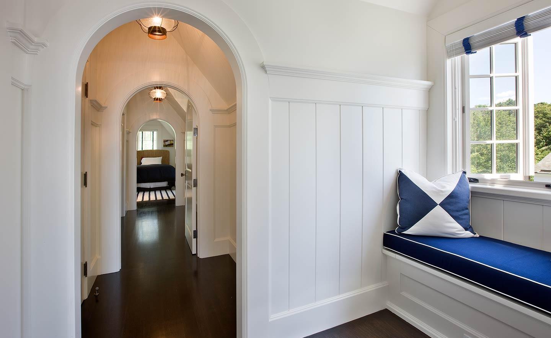 Дизайн коридора с аркой в морском стиле