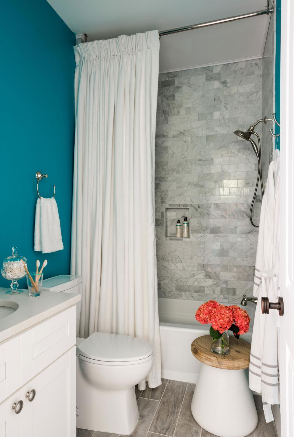 Маленькая ванная комната с мраморной плиткой
