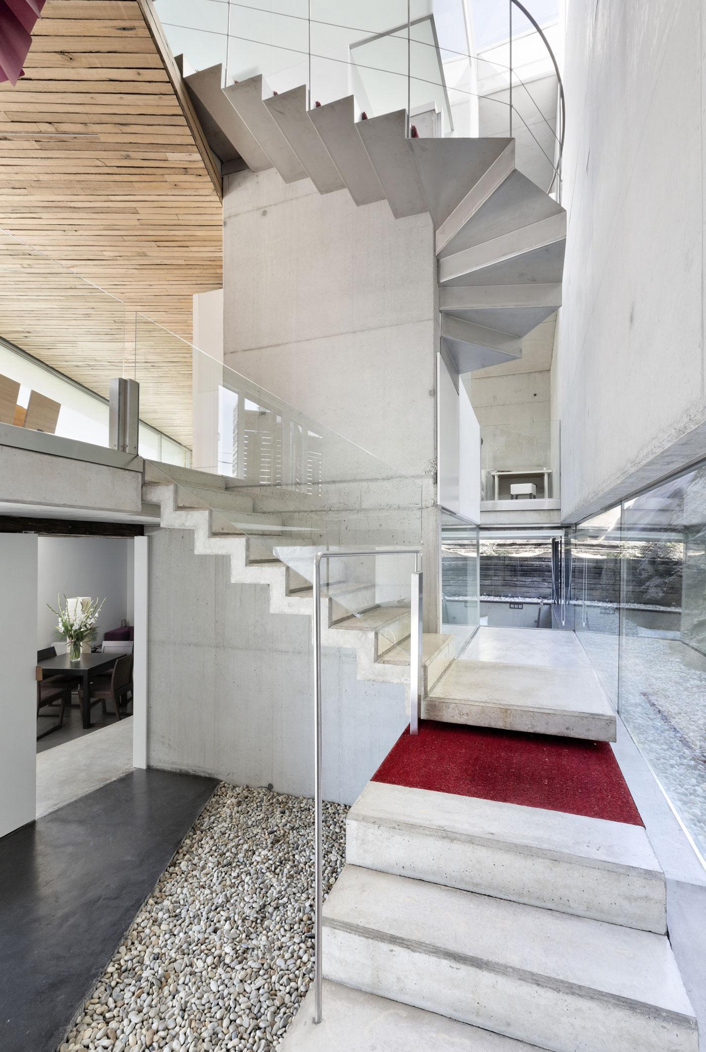 Необычная бетонная лестница в доме