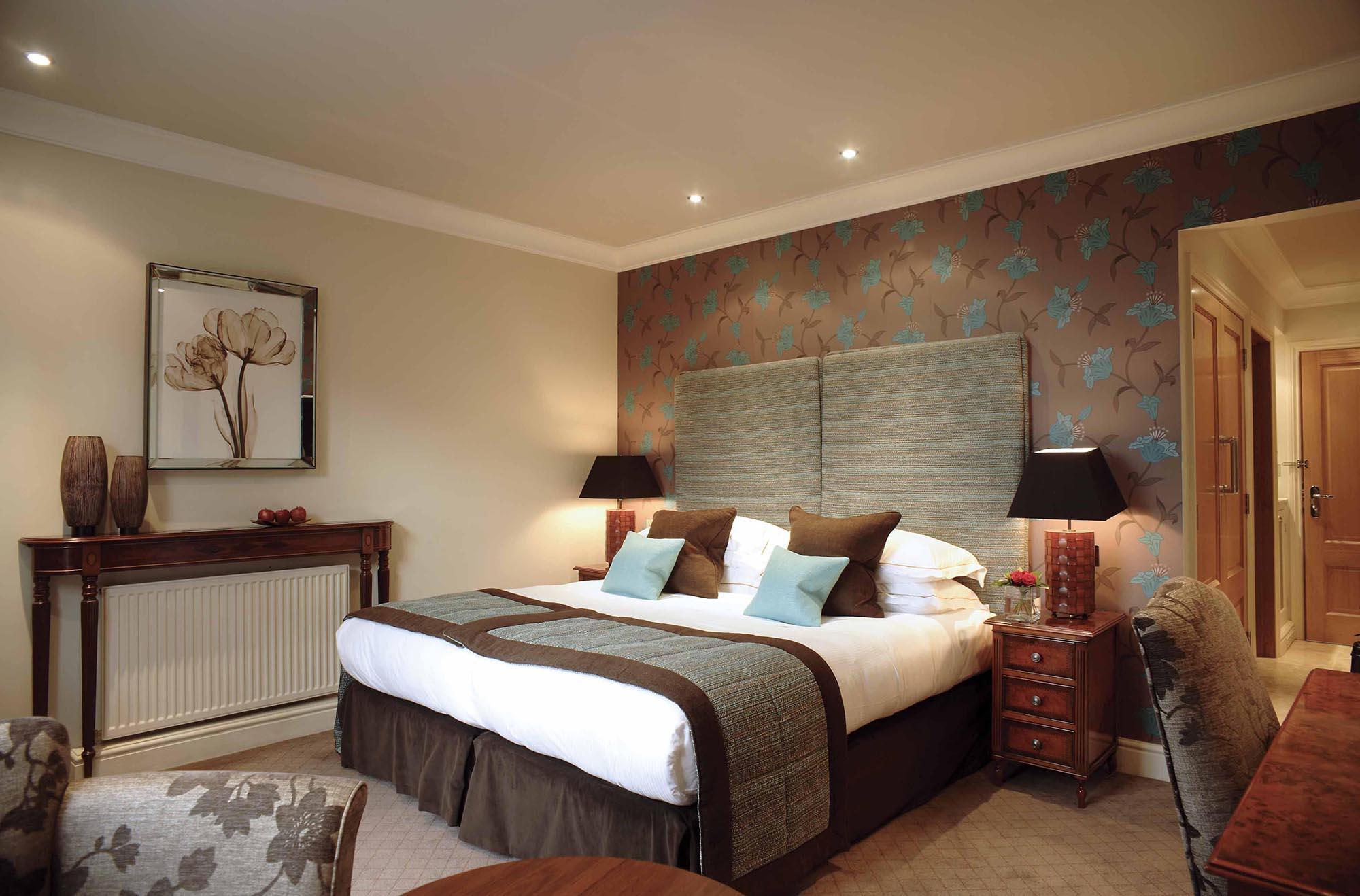 Большая спальня в бежево-коричневых тонах