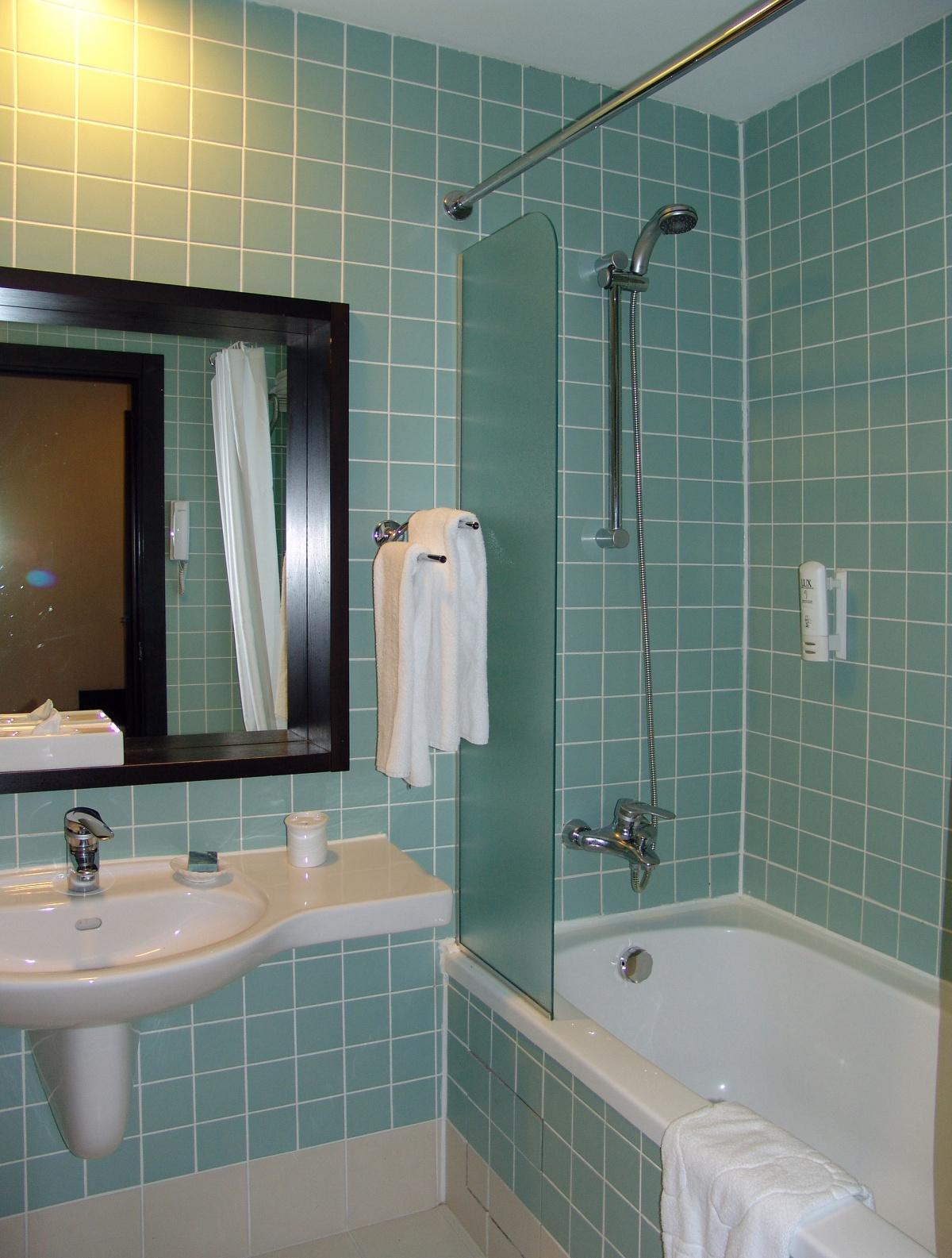 Ванная без унитаза с квадратной плиткой
