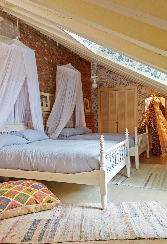 Эконом дизайн детской комнаты с резной мебелью