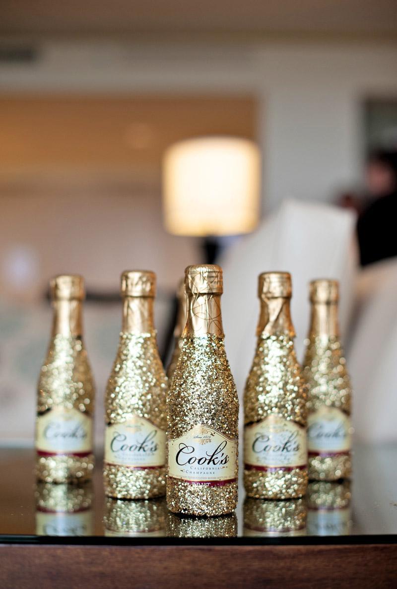 Декупаж маленькой бутылки шампанского