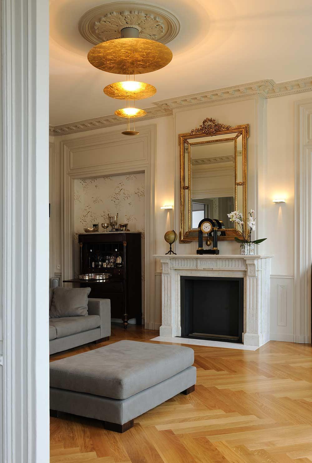 Зеркало в гостиной в классическом стиле