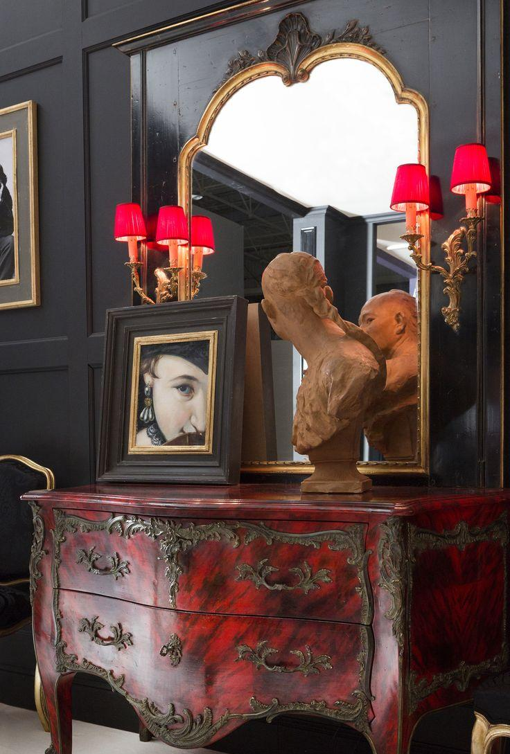 Красная тумба в классическом стиле