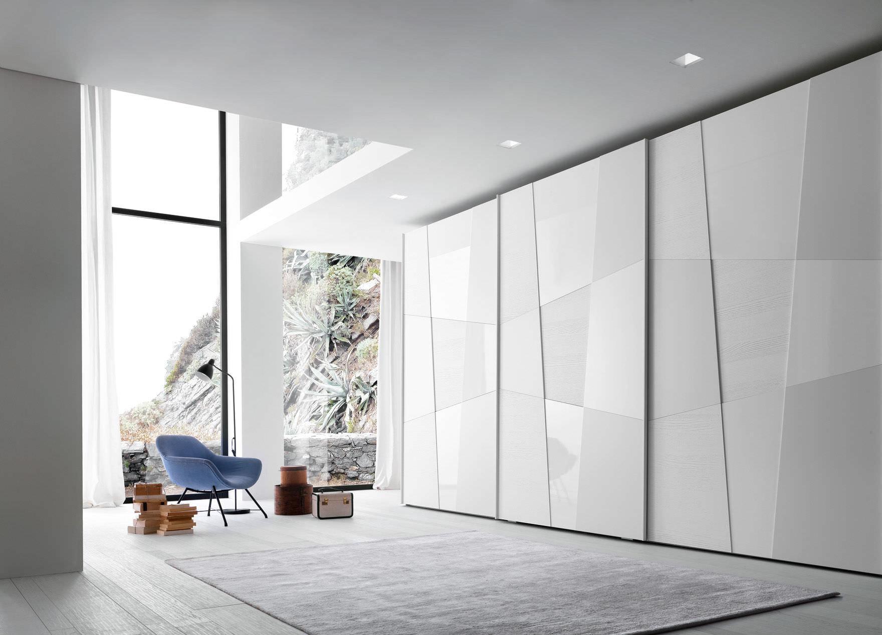 Большой белый встроенный шкаф купе