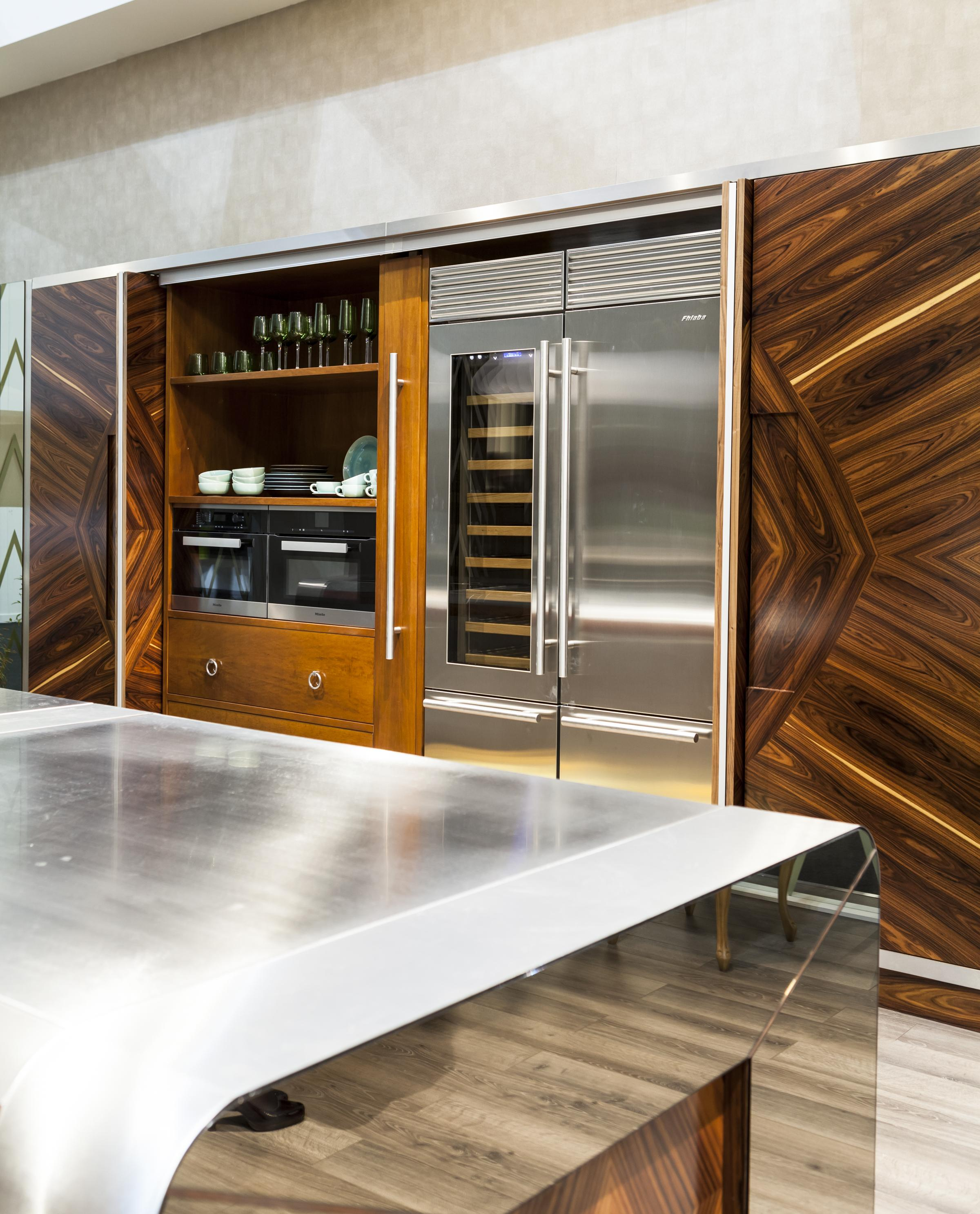 Расположение двустворчатого холодильника на кухне