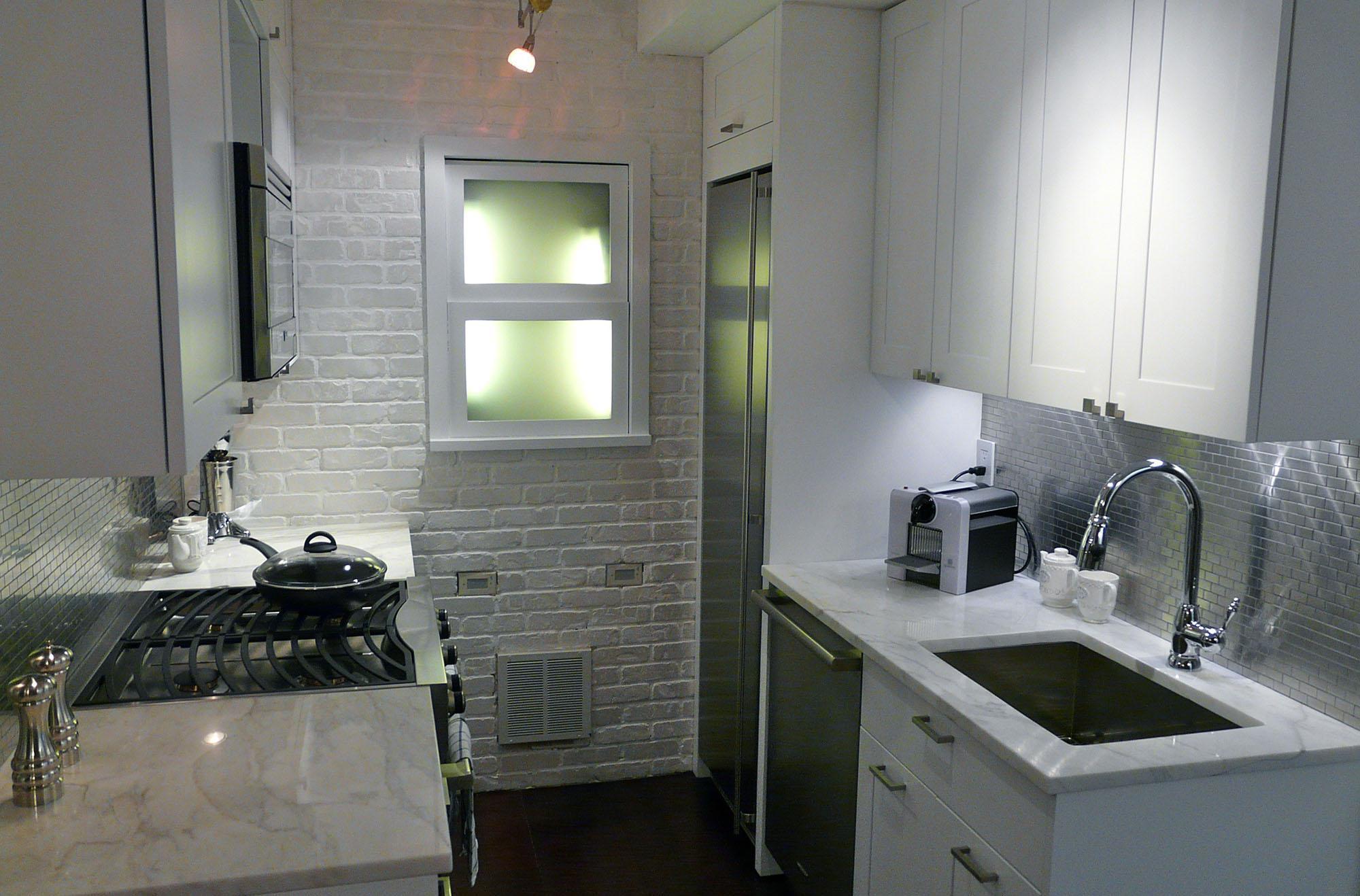 Встроенный металлический холодильник в небольшой кухне
