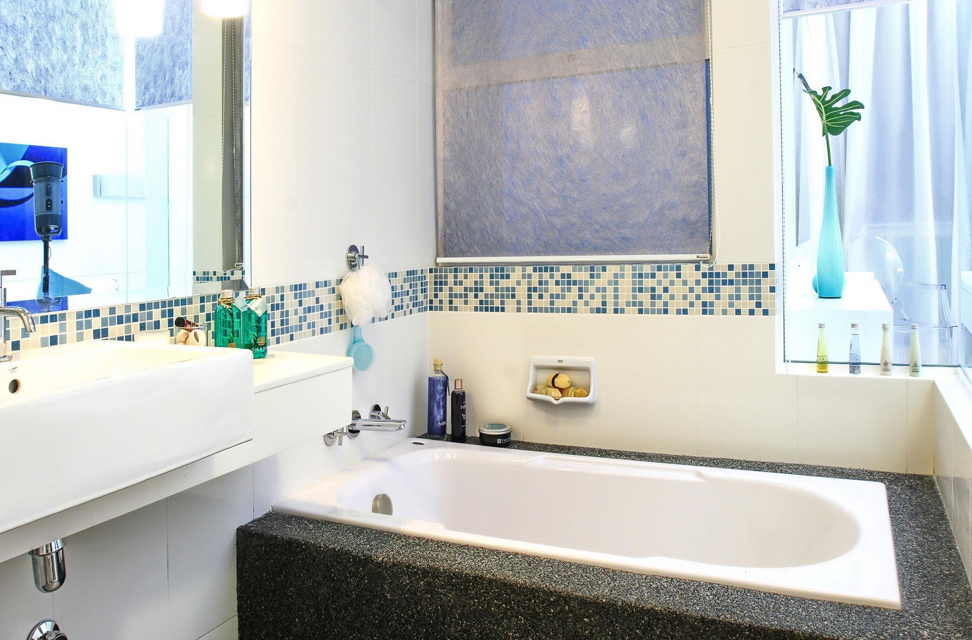 Мозаика и белая плитка в отделке ванной