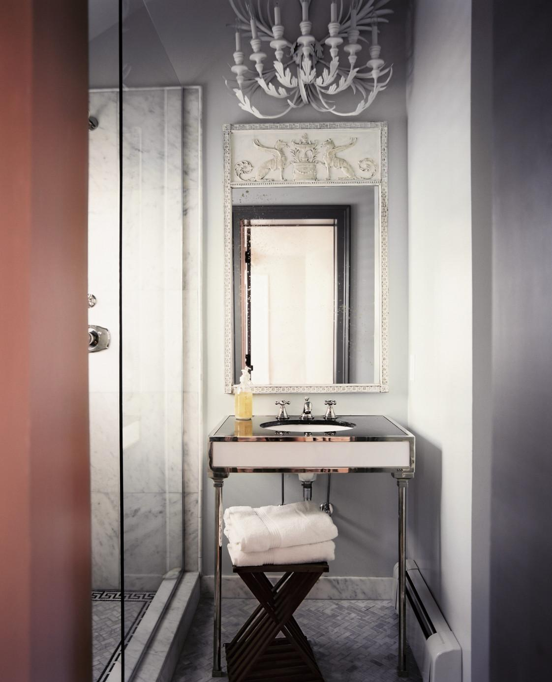 Серо-белая ванная в стиле арт-деко