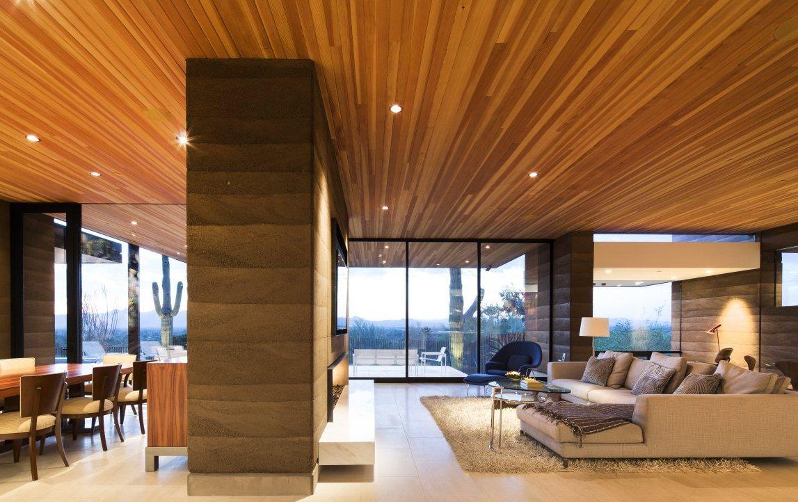 Красивый деревянный потолок в доме
