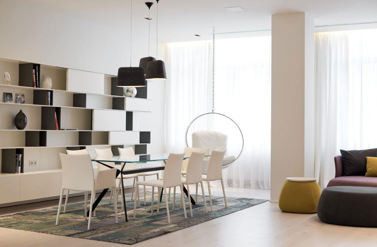 Черно-белый стеллаж в гостиной-столовой