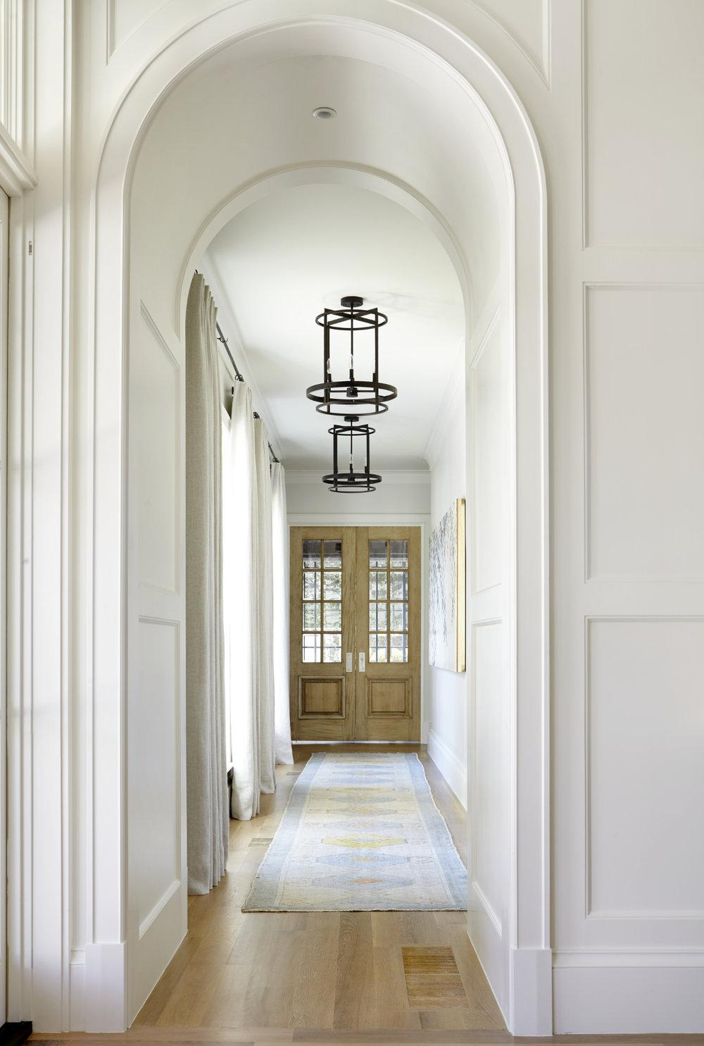 Дизайн интерьера коридора с аркой