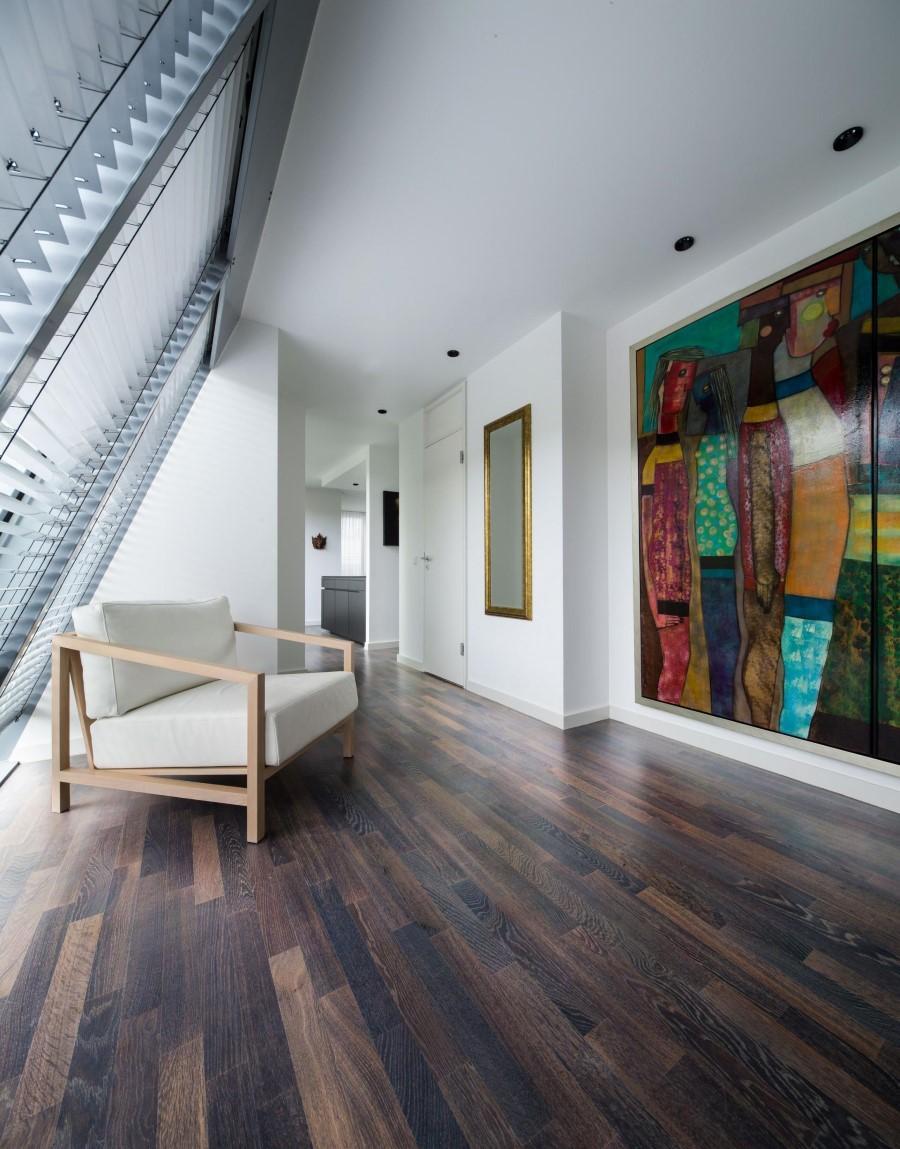 Картина в интерьере двухуровневой квартиры