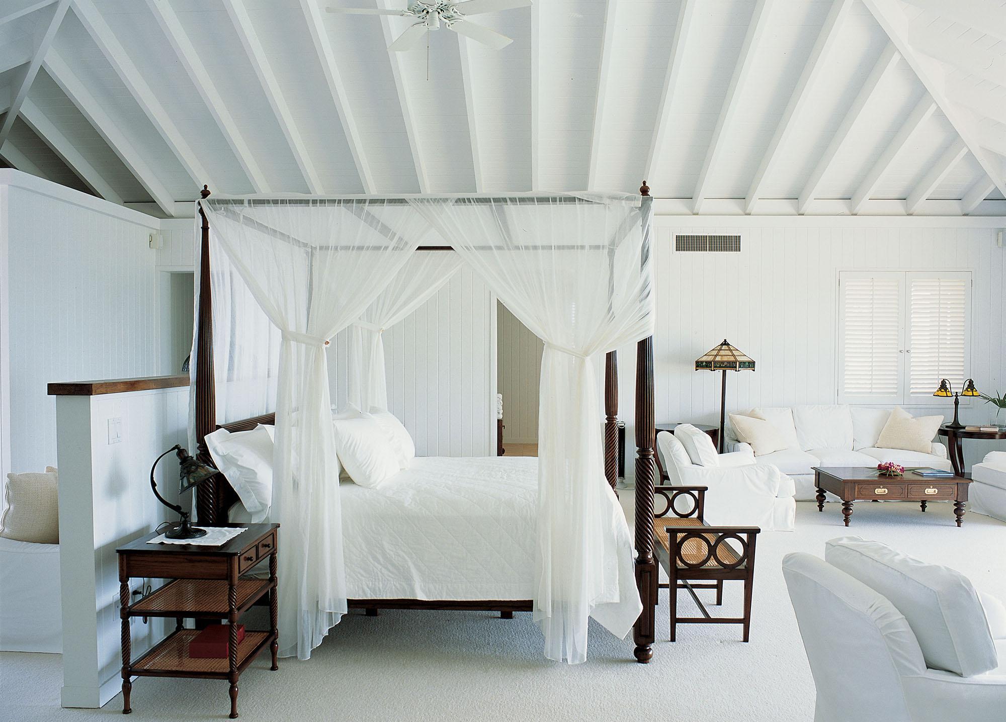 Легкий прозрачный балдахин с завязками на раме кровати