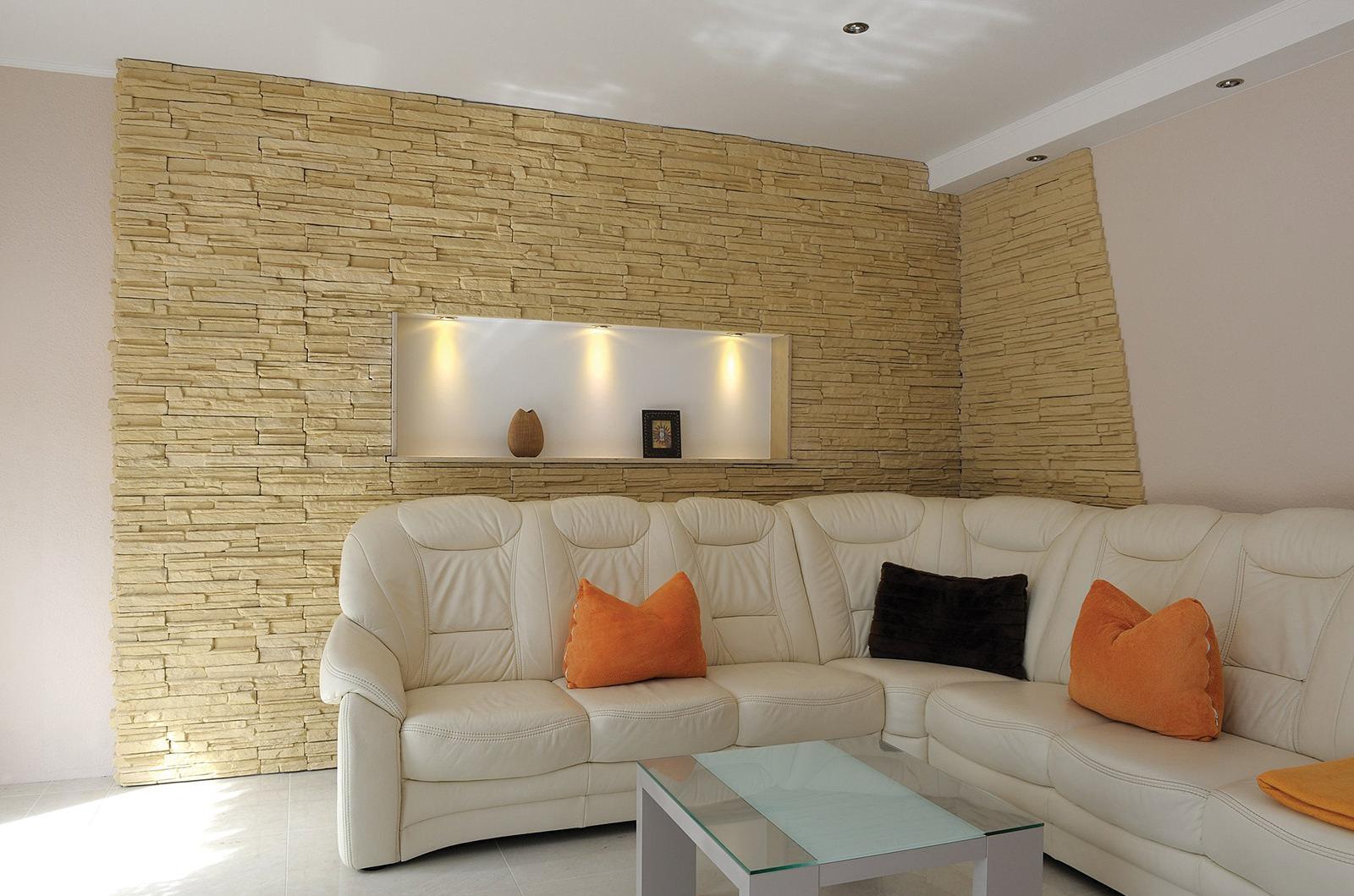 Гипсовый декоративный камень в интерьере гостиной