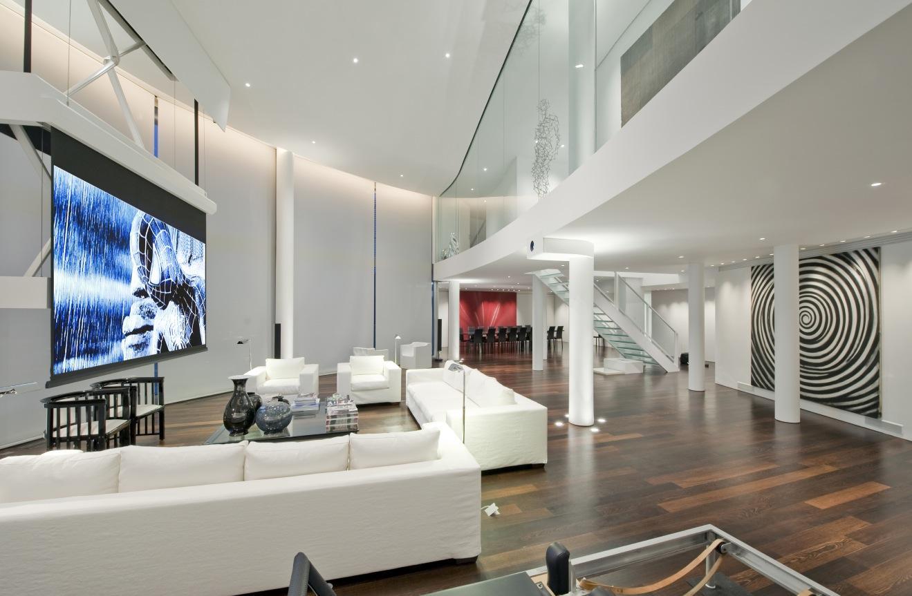 Двухуровневая квартира в белых тонах в стиле хай-тек