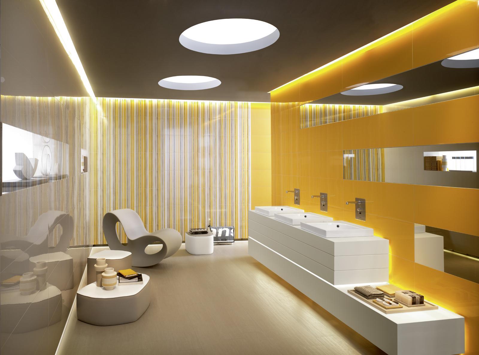 Яркая желта стена в ванной