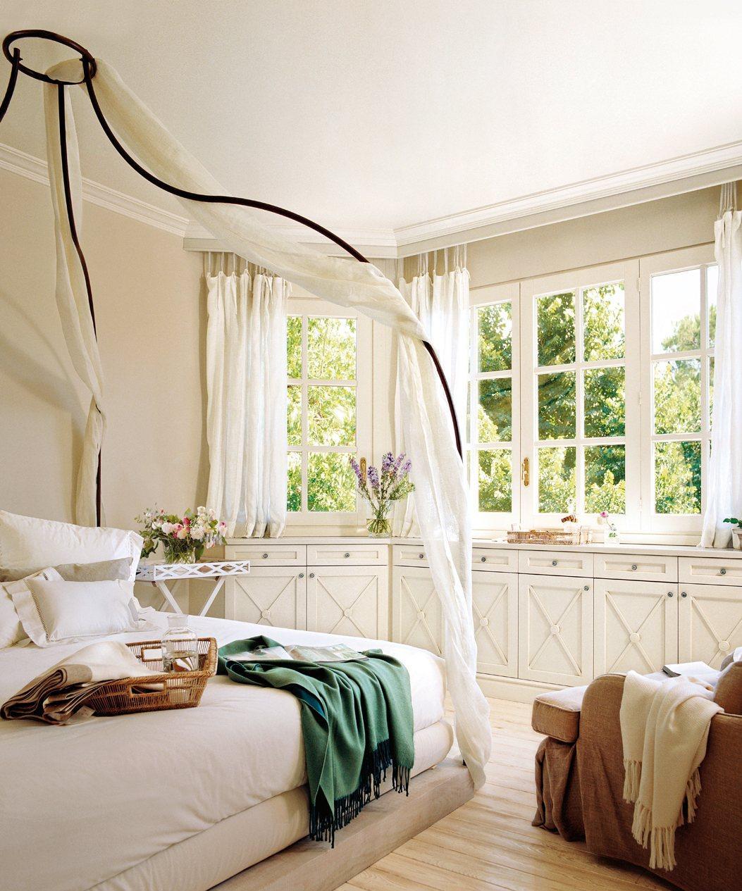 Оформление подоконника в интерьере спальни
