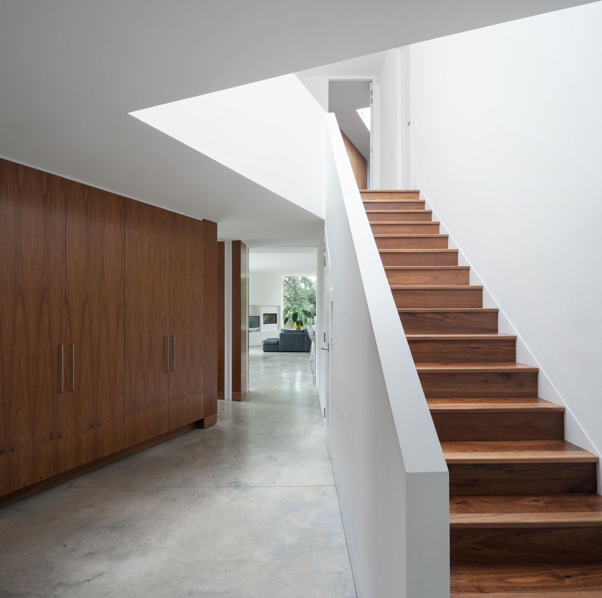 Деревянная лестница со сплошными перилами