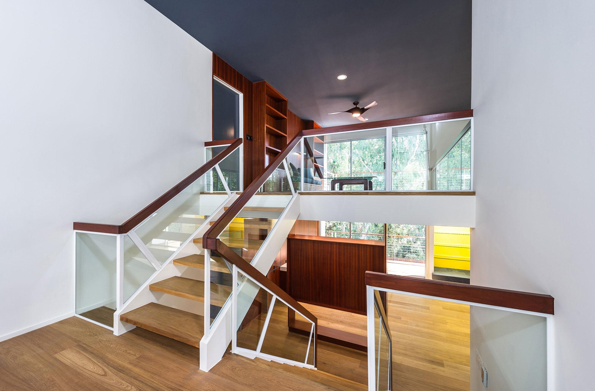 Современная лестница со стеклянными перилами