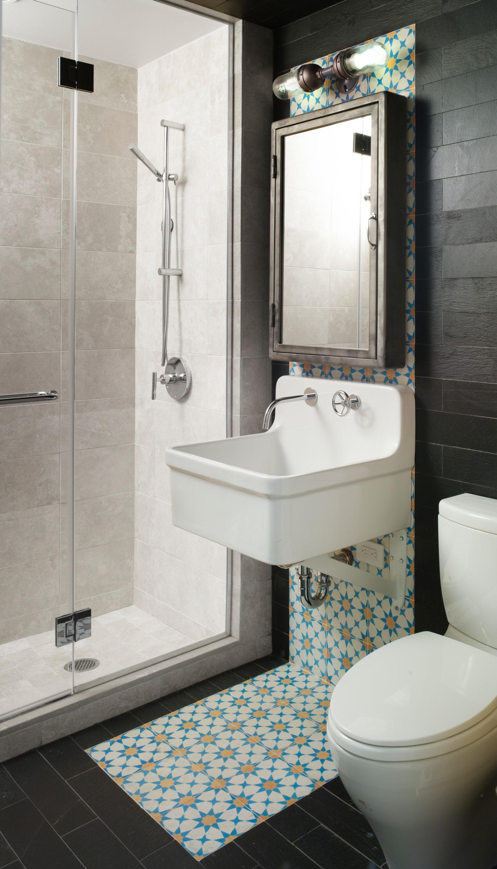 Маленькая ванная комната с декоративной вставкой