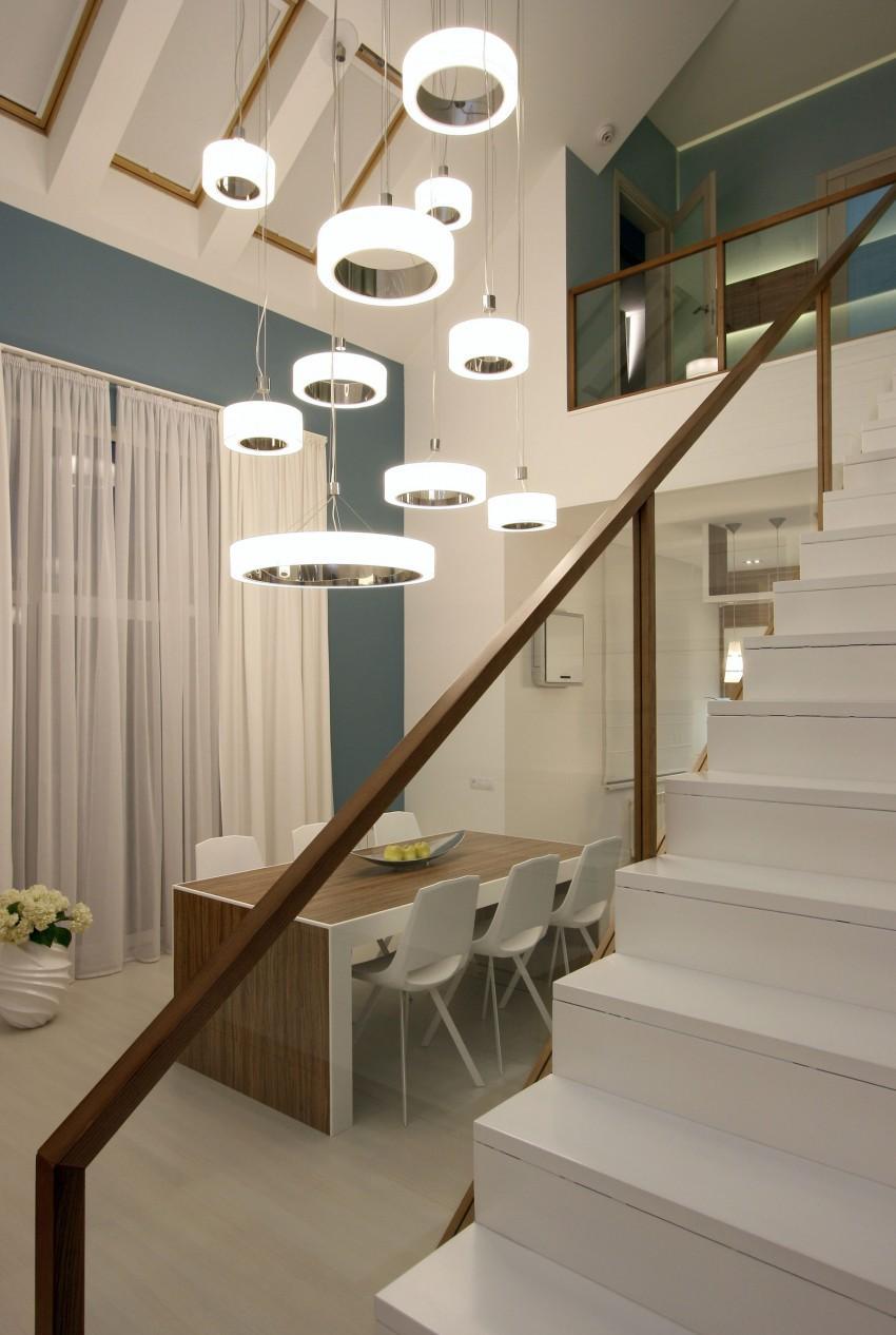 Бело-коричневая лестница со стеклянными перилами