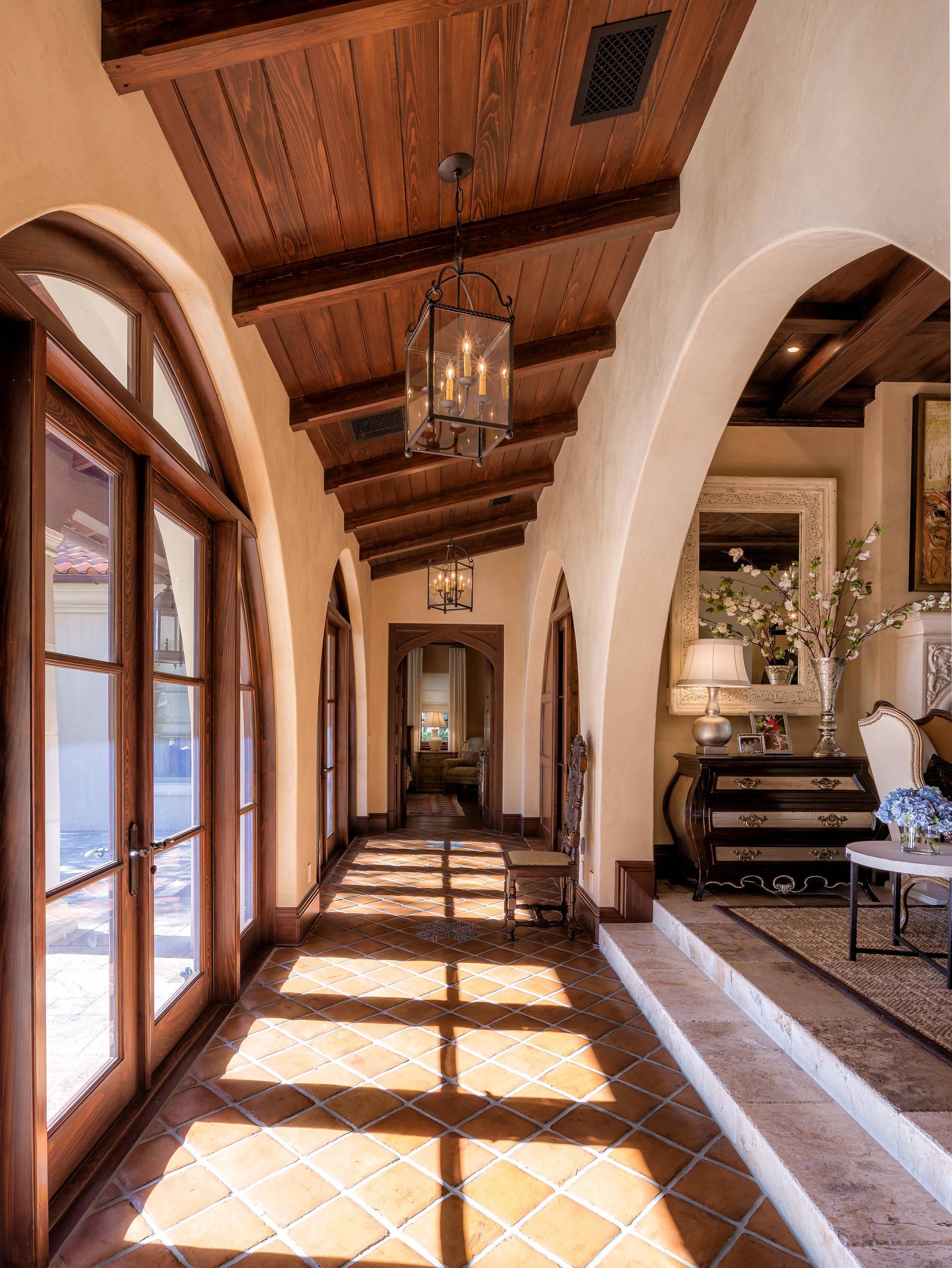 Дизайн коридора с аркой в прихожей