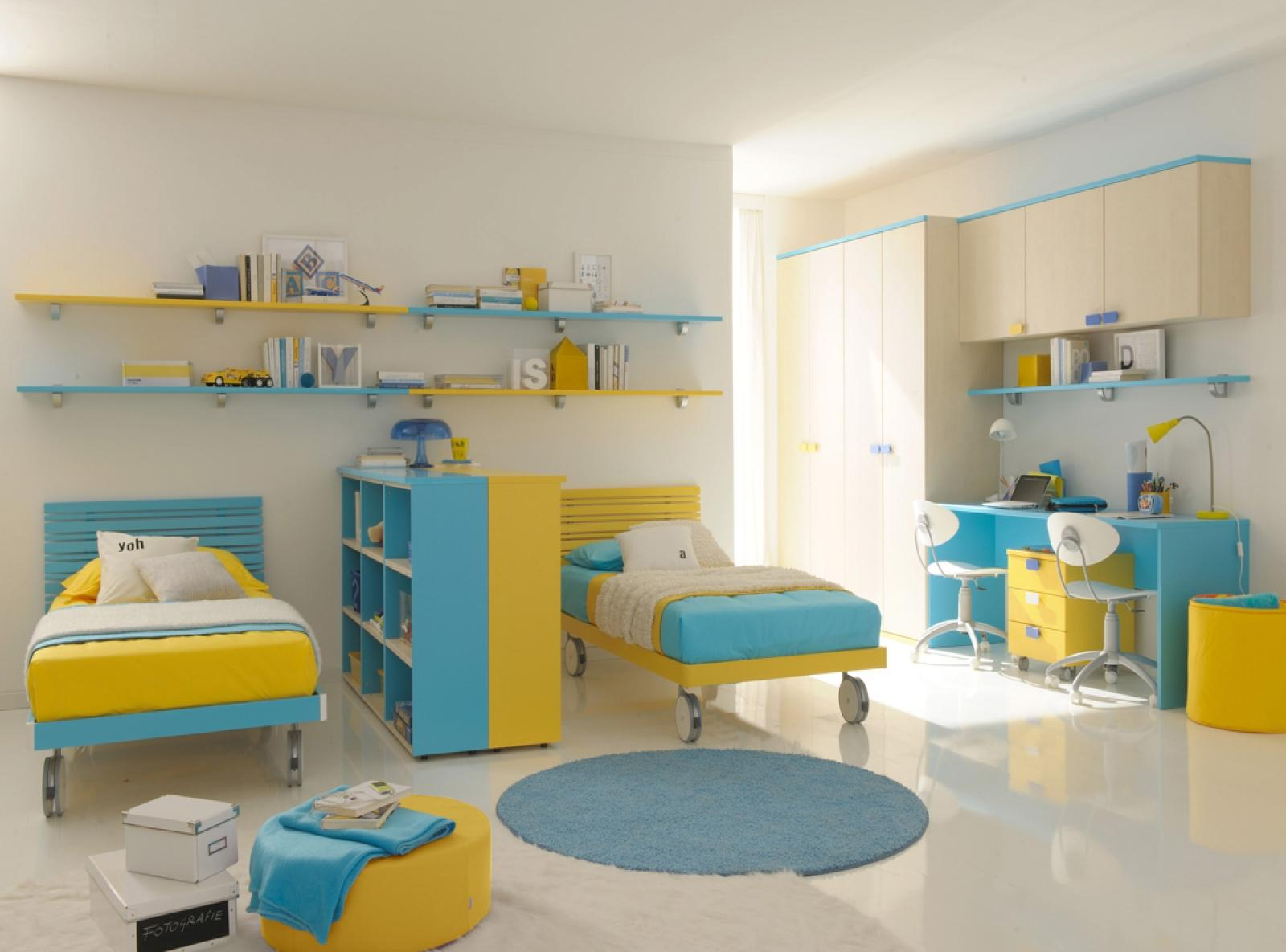 Дизайн детской комнаты для двух мальчиков с кроватью на колесиках
