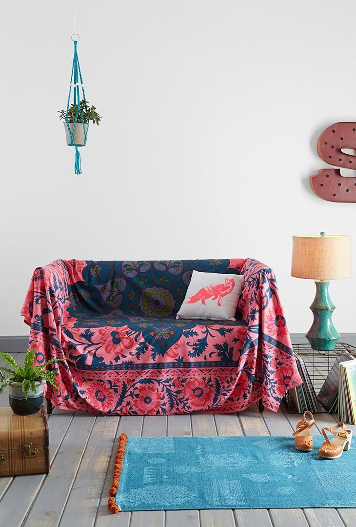 Пружинный диван в интерьере этно