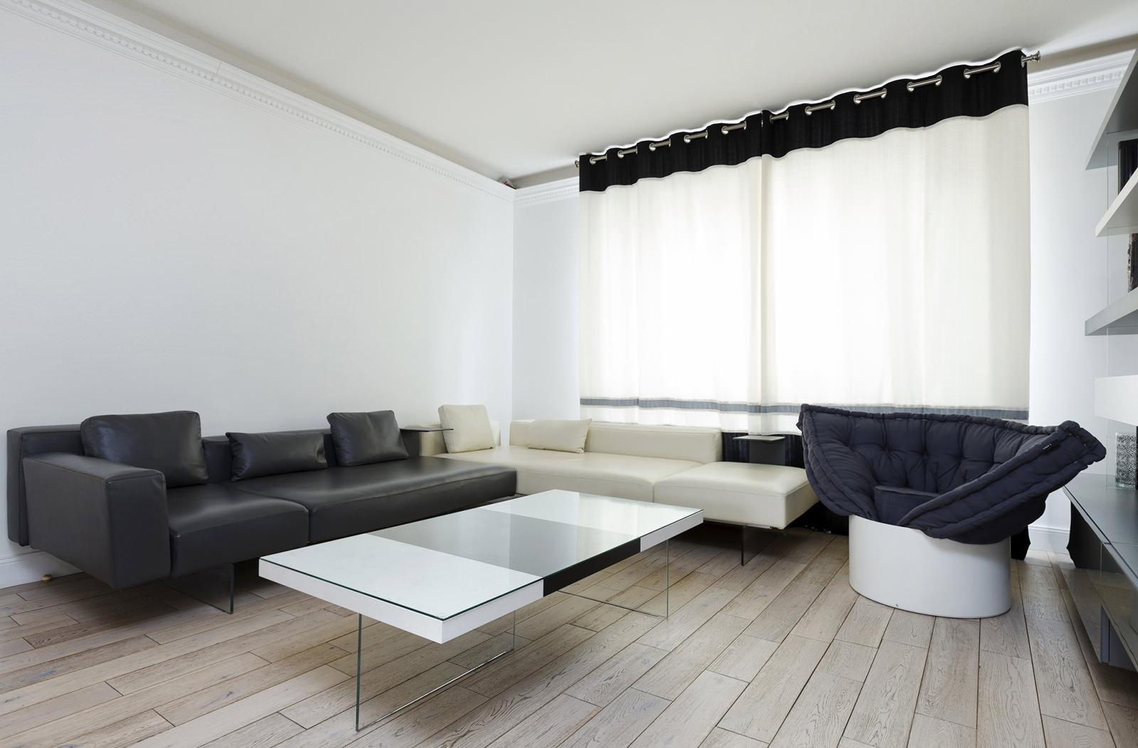 Черно-белые диван и кресло в гостиной