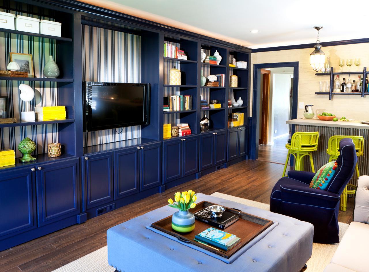 Стеллаж в гостиной синий