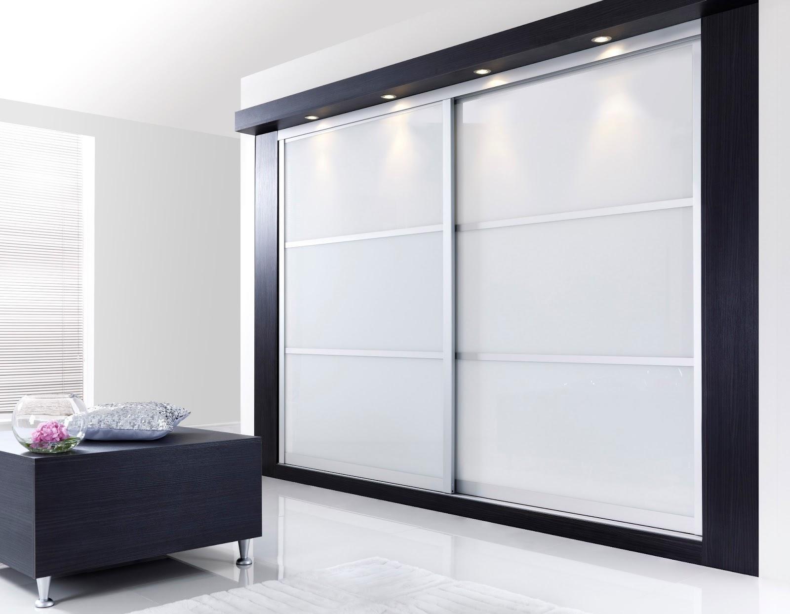 Черно-белый шкаф купе, встроенный на всю стену