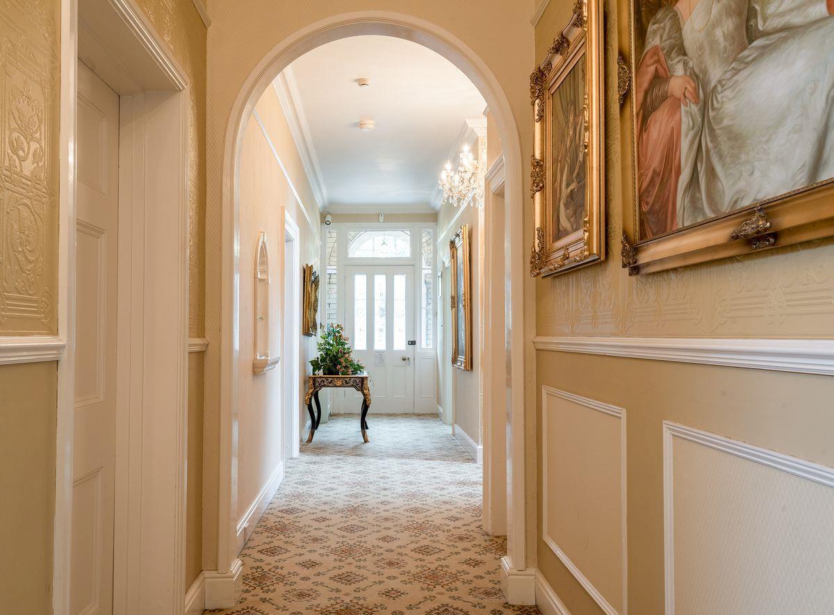 Дизайн коридора с аркой бежевой