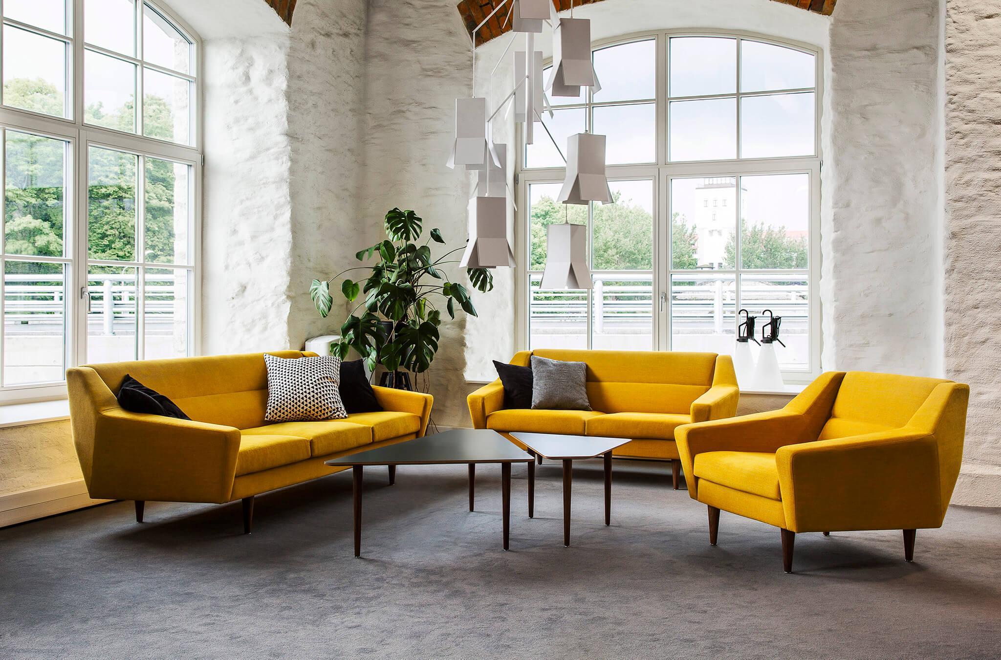 Пружинный диван желтого цвета