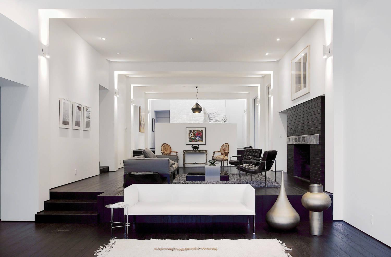 Черно-белая гостиная с подиумом