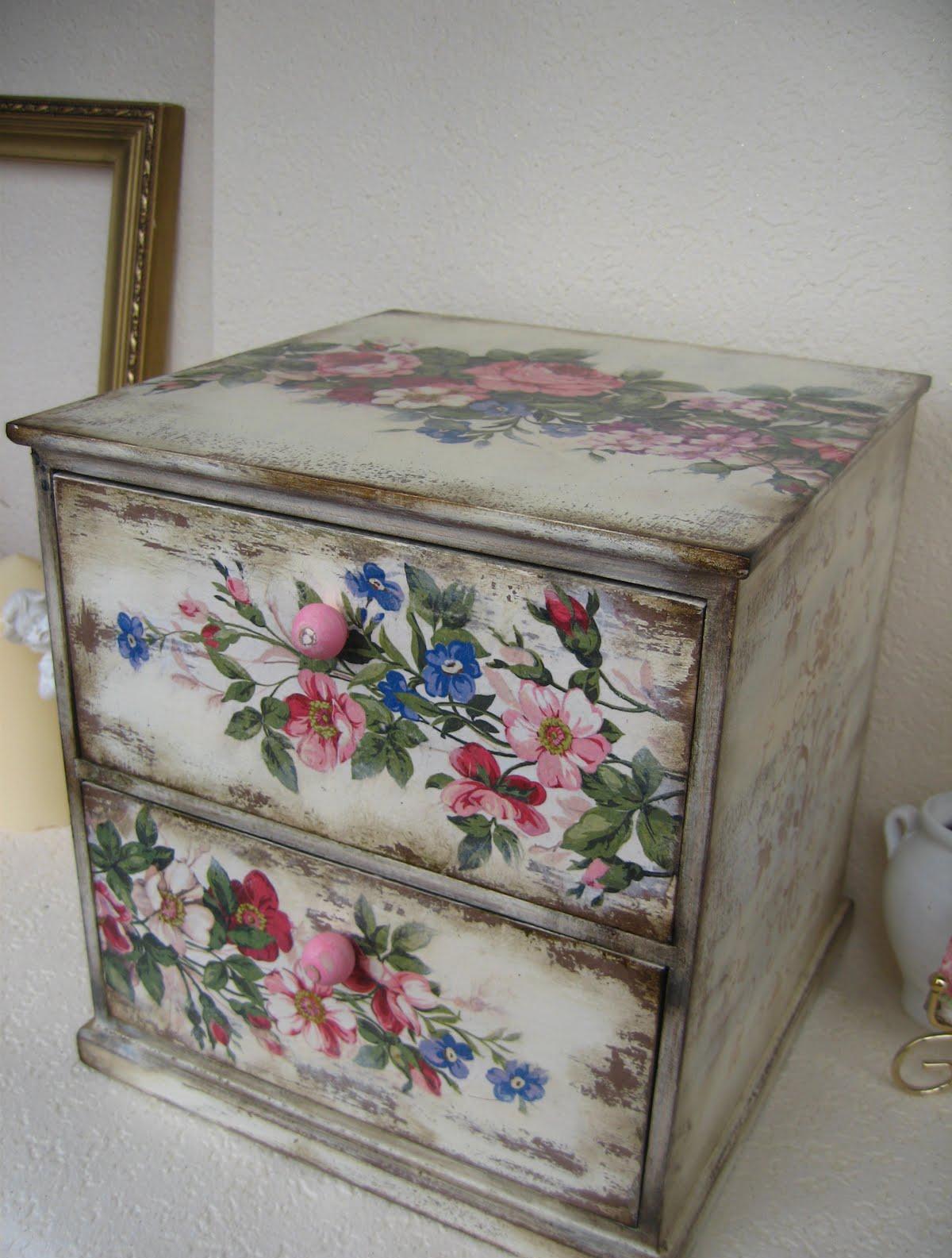 Декупаж мебели яркими цветами