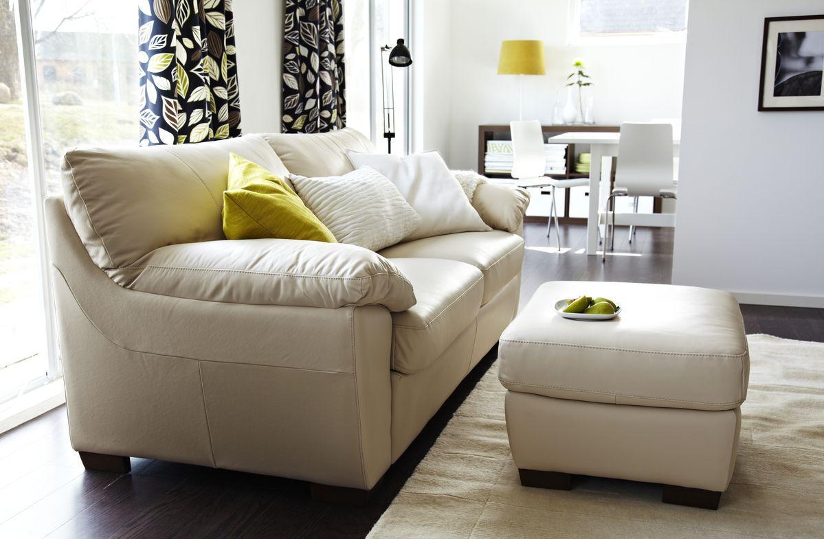 Кремовый диван с оттоманкой